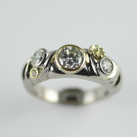 18ct Yellow & White Gold Diamond Ring with Daisy's