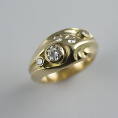 Carved 18ct gold ring set with brilliant cut diamonds