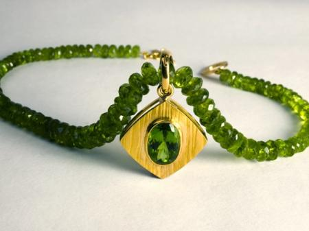 Textured gold frames a superb Peridot 18.97cts strung on Peridot beads